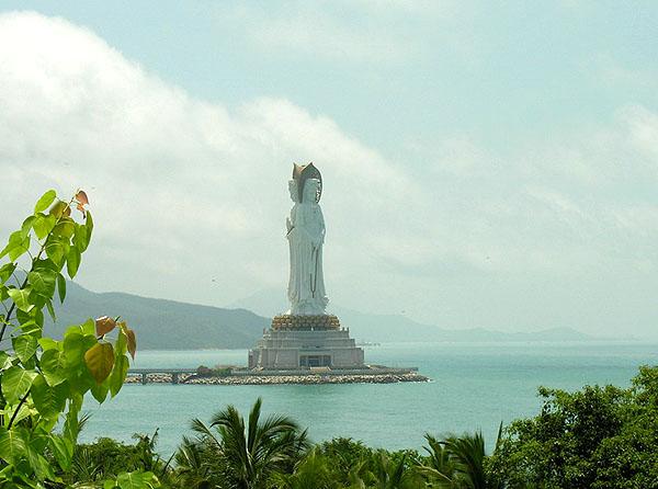 Буддийская статуя богини в Наньшане - самая высокая в мире / Фото из Китая