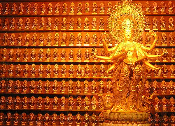Золотая Гуань Инь - величайшая буддийская святыня / Фото из Китая