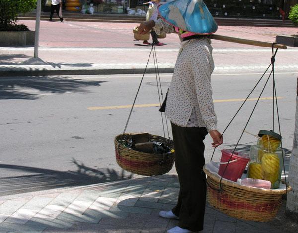 Уличная торговка фруктами, Хайнань / Фото из Китая