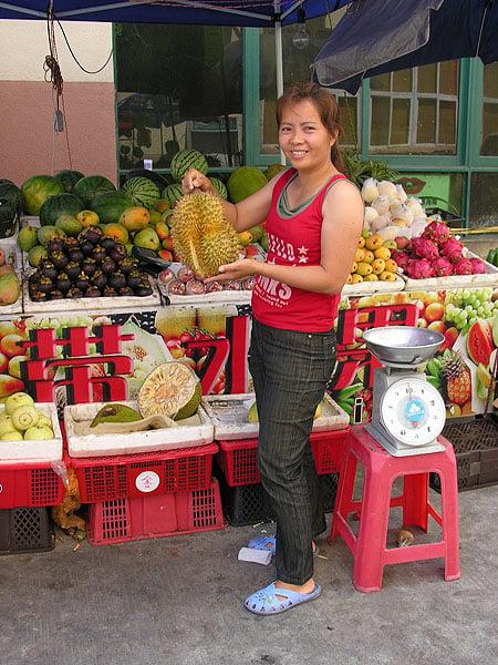 Знаменитый дуриан в руках у продавщицы / Фото из Китая