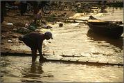 порт Сим Рипа - убирают сходни от нашего катера / Камбоджа