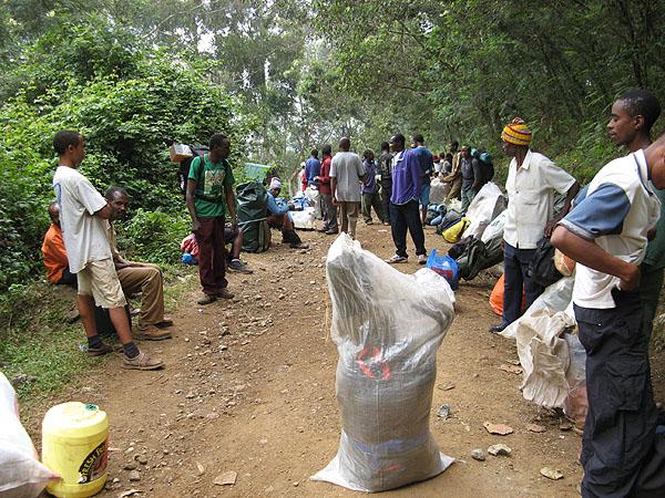 Сопровождающие туристов в восхождении на Килиманджаро / Фото из Танзании