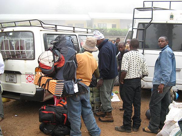 Сборы перед восхождением на Килиманджаро / Фото из Танзании