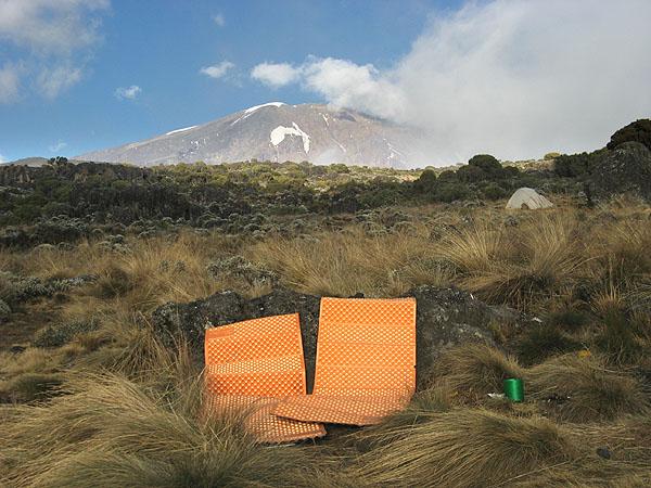Вечерние посиделки с видом на вершину Килиманджаро / Фото из Танзании