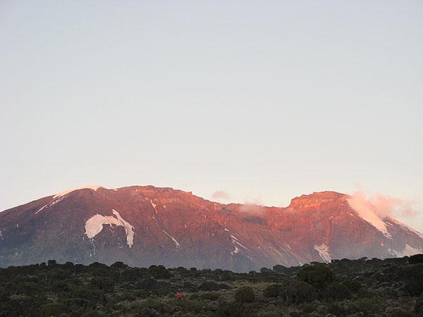 Лучи восходящего солнца на вершине Килиманджаро / Фото из Танзании