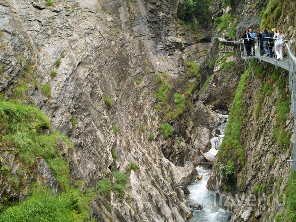 Туристы над каньоном / Фото из Швейцарии