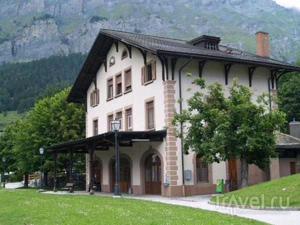 Бывшая железнодорожная станция стоит посреди поля / Фото из Швейцарии
