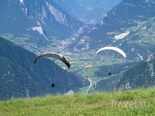 Парапланеристы парят над Вербье / Фото из Швейцарии