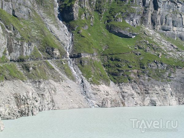 Водохранилище с молочной водой и тропинкой вокруг  / Фото из Швейцарии