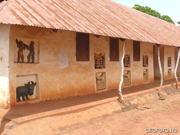 Украшенные стены королевского дворца, Абомей / Фото из Бенина