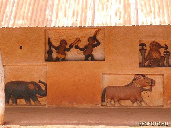 Барельефы в королевском дворце / Фото из Бенина