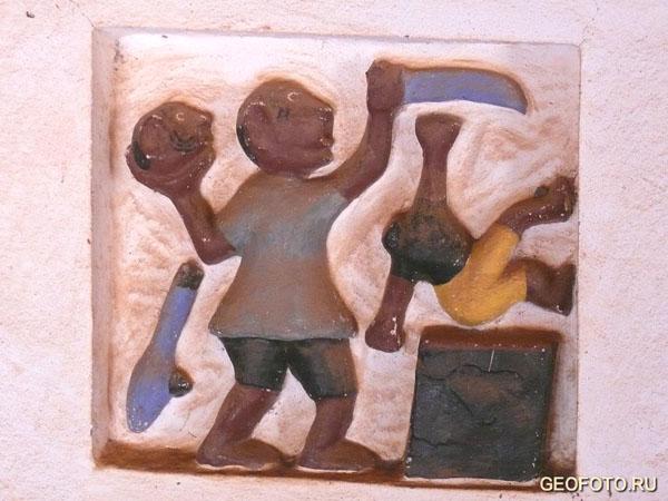 Барельефы - книга дагомейской истории / Фото из Бенина
