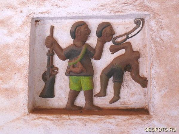 На барельефах отражены сцены из истории страны / Фото из Бенина