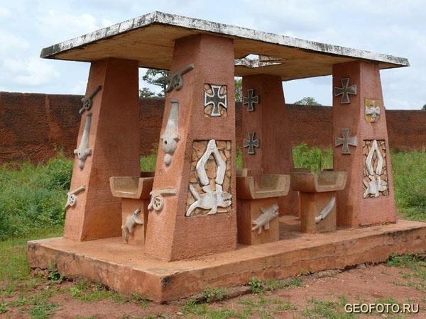 Памятник немецким воинам, помогавшим королю Беханзину бороться с французскими колонизаторами / Фото из Бенина