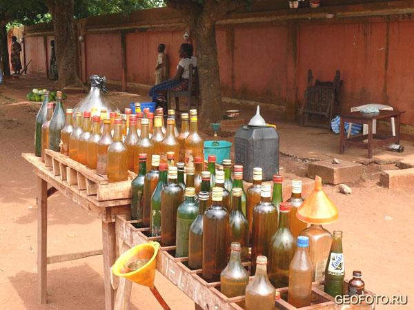 Разбавленный бензин - самый ходовой товар в Республике Бенин / Фото из Бенина