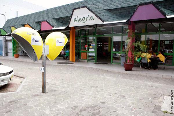 Желтые телефонные будки в Суринаме / Фото из Суринама