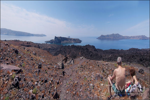 Вид с вулкана на Палеа-Камени (в центре), Апросини и Тирасию / Фото из Греции