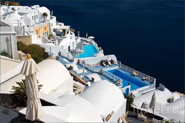 Каждый отель имеет бассейн / Фото из Греции