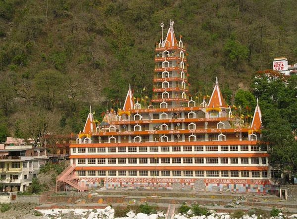 Самый запоминающийся храм на берегу Ганга в Ришикеше / Фото из Индии