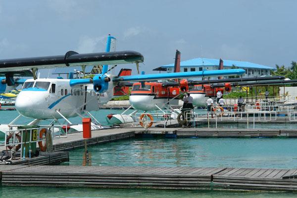Такие самолетики развозят туристов по отелям / Фото с Мальдив