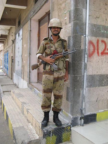 Дружелюбный йеменский солдат на улице Саны / Фото из Йемена