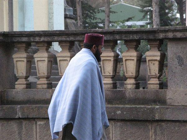 Священнослужитель у собора Святой Троицы / Фото из Эфиопии