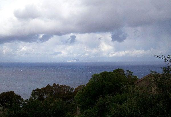 Вдали виднеется Гибралтар / Фото из Марокко
