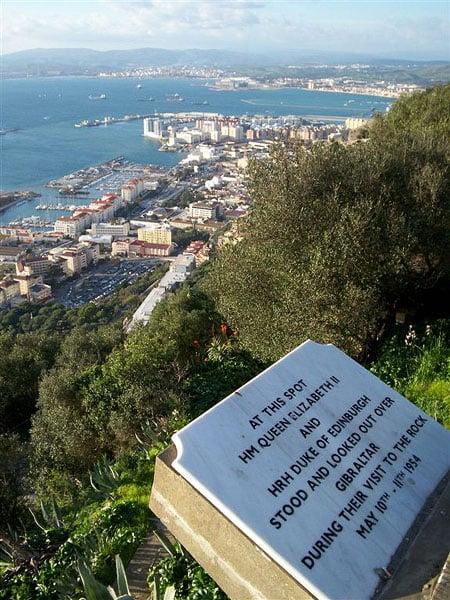 Памятная плита на вершине скалы в Гибралтаре / Фото из Марокко
