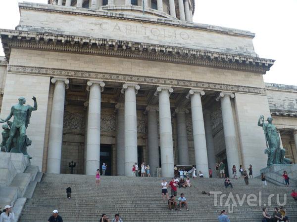 Колоннада главного входа гаванского Капитолия / Фото с Кубы