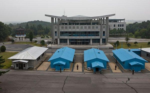 Граница Северной и Южной Кореи проходит через домики / Фото из Северной Кореи