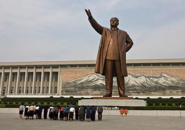 Бронзовый памятник Ким Ир Сену на холме Мансу, Пхеньян / Фото из Северной Кореи