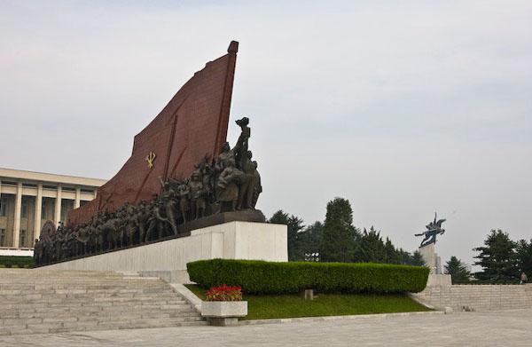 Огромный флаг рядом с памятником Ким Ир Сену в Пхеньяне / Фото из Северной Кореи