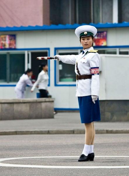Симпатичная северокорейская регулировщица движения / Фото из Северной Кореи