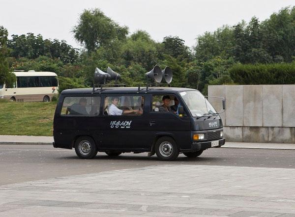 """""""Воодушевляющая"""" машина в Пхеньяне / Фото из Северной Кореи"""