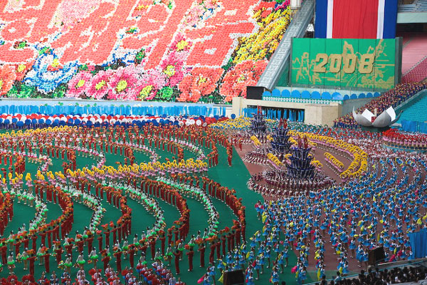 Яркая кульминация гимнастического шоу, Пхеньян / Фото из Северной Кореи