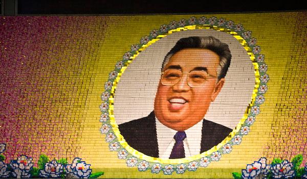 "Портрет Ким Ир Сена на ""живом"" панно / Фото из Северной Кореи"