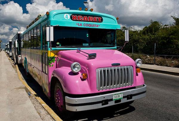 На таком ярком автобусе мы ехали до Тулума / Фото из Мексики