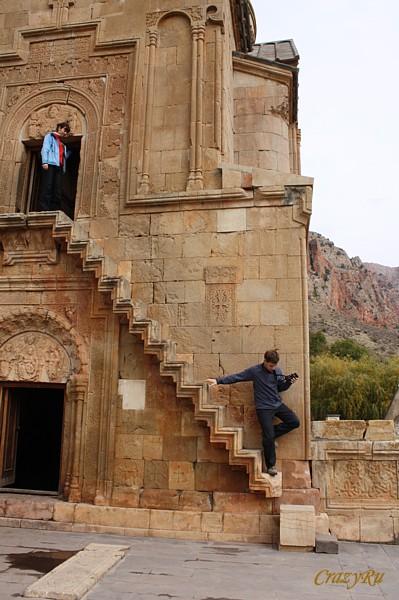 Церковь Сурб-Аствацацин с парящей лестницей, Армения / Фото из Армении