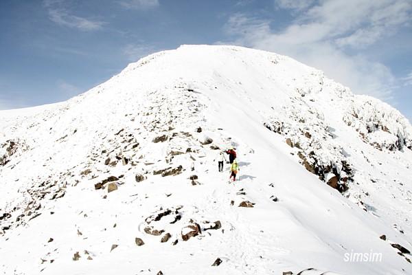 Белоснежный склон Арагаца под синим небом / Фото из Армении