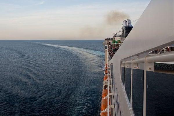 Маневры лайнера при прохождении Мессинского пролива / Фото с Кипра