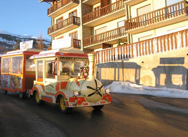 Такие паровозики катаются по Сестриере / Фото из Италии