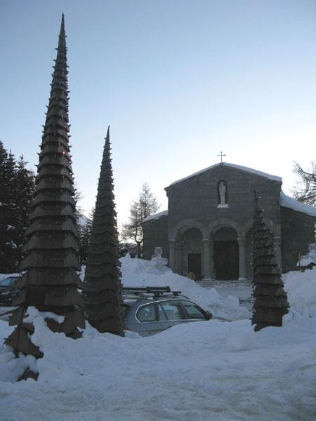 Храм и футуристические елки в Сестриере / Фото из Италии