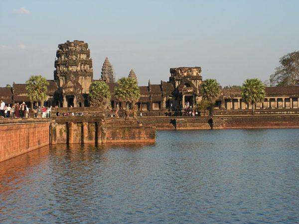 Храм Ангкор-Ват окружен живописным рвом / Фото из Камбоджи