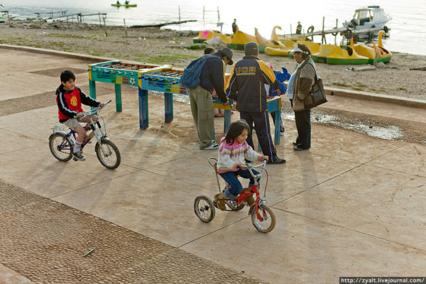 Вечерами местные жители играют в настольный футбол, Копакабана / Фото из Боливии