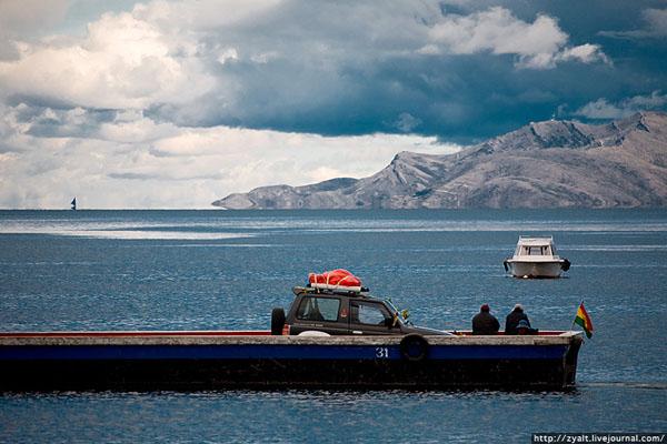 Переправа на пароме через пролив на озере Титикака / Фото из Боливии