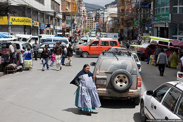 Типичная центральная улица-рынок в Ла-Пасе / Фото из Боливии