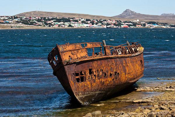 Разрушенный корабль у Порт-Стэнли / Фото с Фолклендских островов