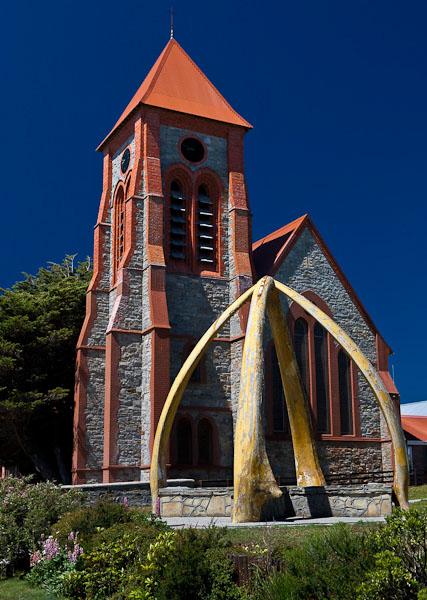 Протестантская церковь и скульптура из челюстей кита, Порт-Стэнли / Фото с Фолклендских островов