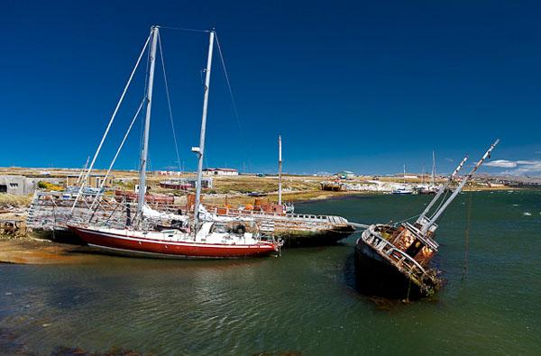 Вокруг Порт-Стэнли много полуразрушенных остовов / Фото с Фолклендских островов