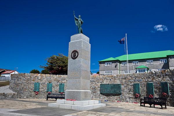 В Порт-Стэнли много памятников мореплавателям / Фото с Фолклендских островов
